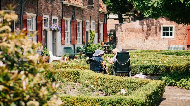 Opiekun osób starszych – 5 zalet niedocenianej pracy