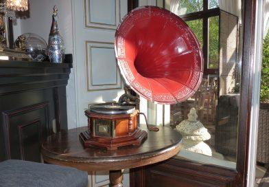 Stary gramofon jako dodatek do salonu w stylu klasycznym