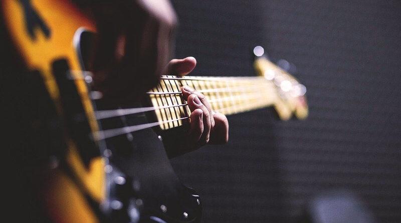 Jak nauczyć się grać na gitarze basowej?